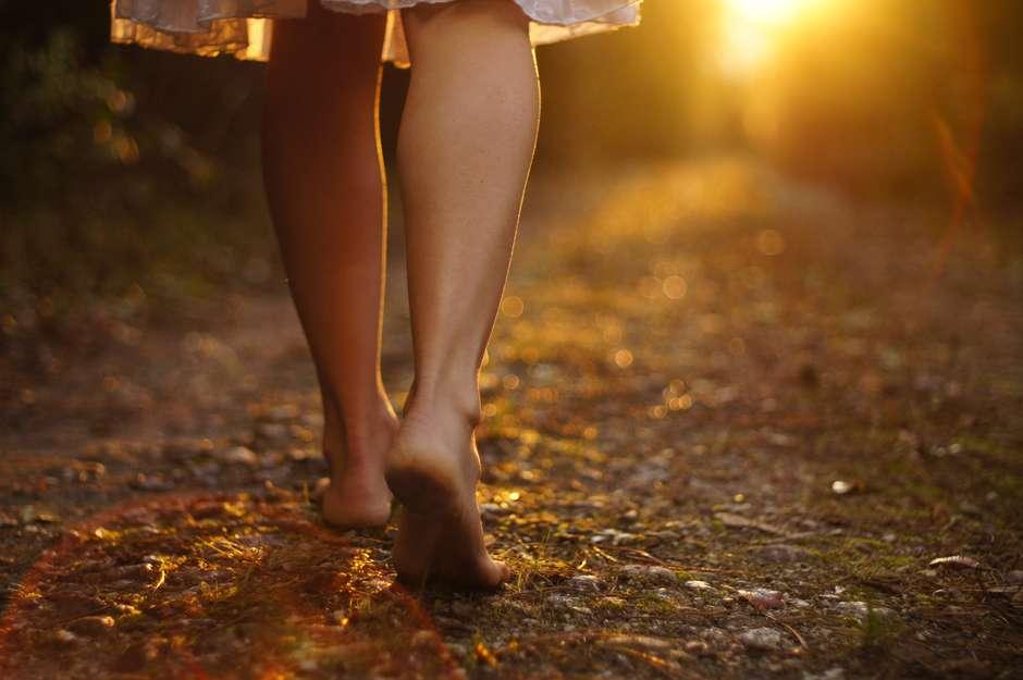 pessoa caminhando estrada - Devocional diário pra quê?